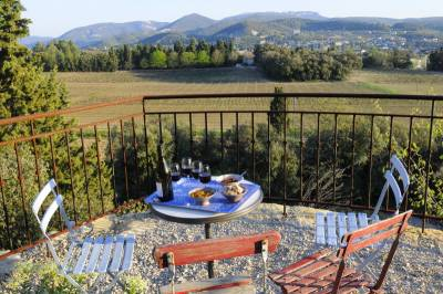 Mas de Vaison Sleeps: 10 Beds: 5 Baths: 5